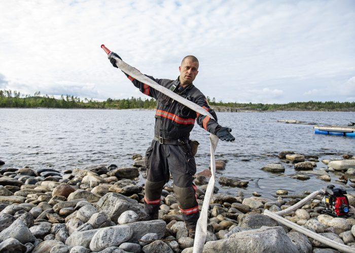 LAKE LADOGA, RUSLAND - Project co-leader Grigory Kuksin. Vrijwilligers krijgen op een kamp in Lake Ladoga ten noorden van St Petersburg, Rusland, met assistentie van Greenpeace training bosbranden blussen. FOTO MARTEN VAN DIJL / GREENPEACE